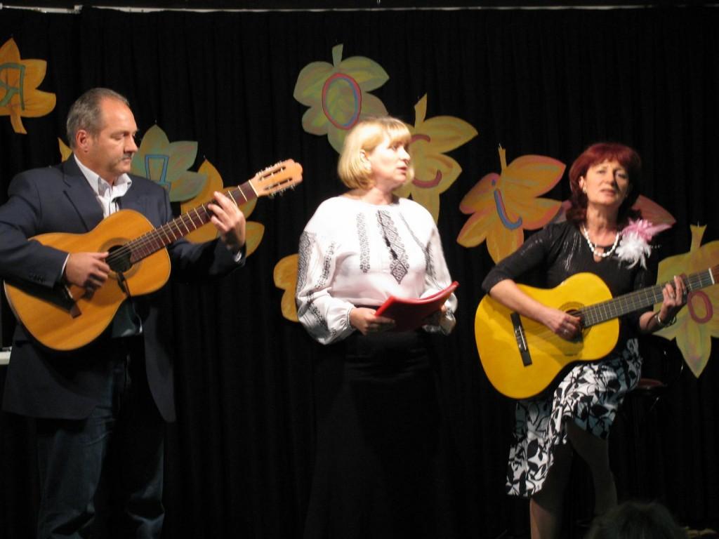 Під час одного з концертів у Мадриді (зліва-направо): Ігор Вовчак, Лариса Сенів з Бурштина, Зіновія Шепель з Пукова Рогатинського району