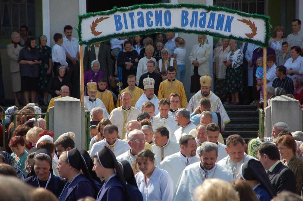 На світлині: єпископ Івасюк - під вивіскою у мітрі - перший справа