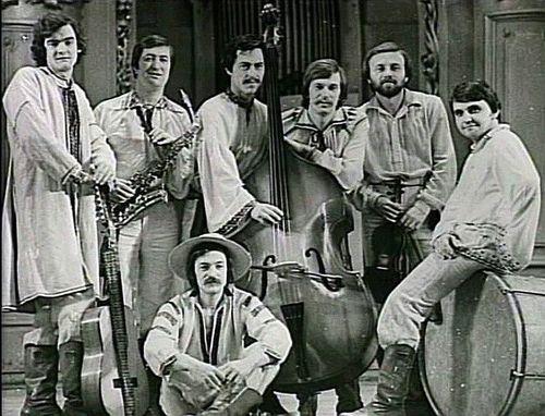 Р.Штинь (другий справа) біля І.Білозіра