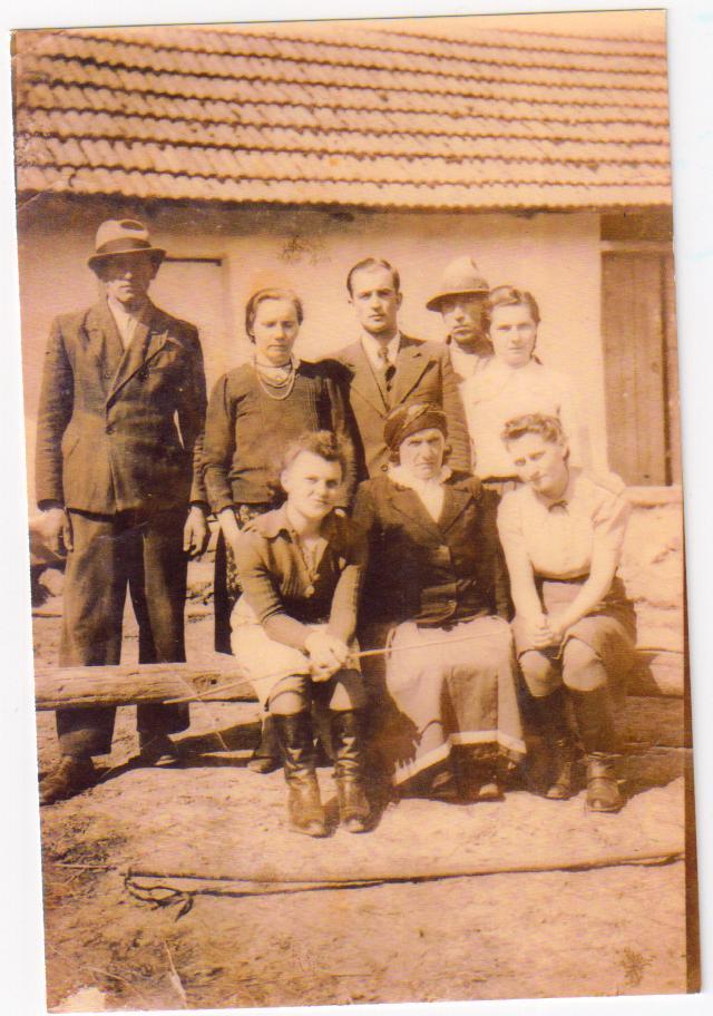 Марія Шудрава (сидить перша справа)