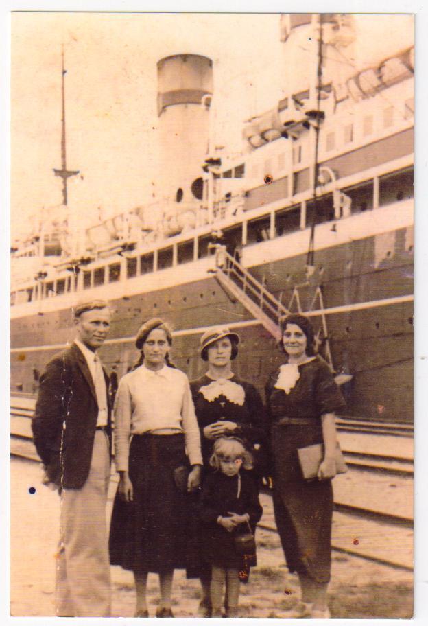 Марія Шудрава (друга зліва)