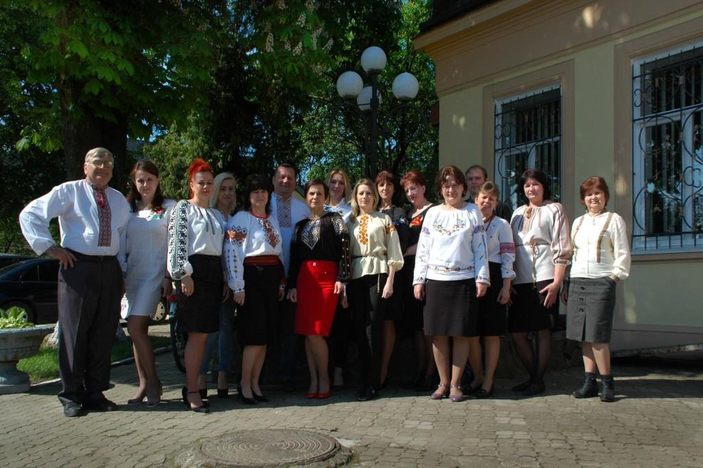 Працівники ходорівської міської ради святкують День вишиванки