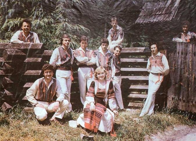 І.Богдан у складі «Ватри» (стоїть, опершись на огорожу, другий ліворуч)