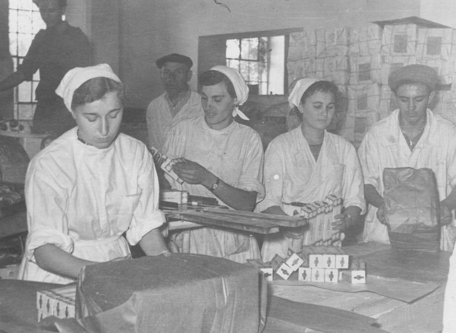 Перші трудові будні на цукрокомбінаті по закінченні школи. Так пакували рафінад у пачки