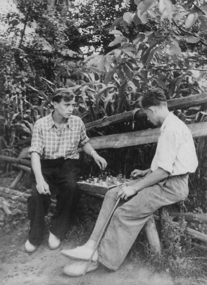 Б.Юревич (справа) і Л. Федоришин за грою в шахи