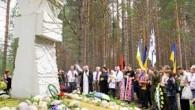 Меморіальний хрест на місці сталінських розстрілів в урочищі «Сандармох»
