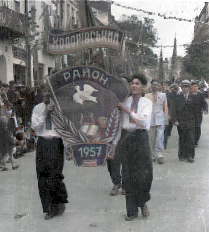 Кольоризована версія святкової демонстрації. Колони з Ходорівським районом (швидше за все 1 травня в Дрогобичі) 1957 року